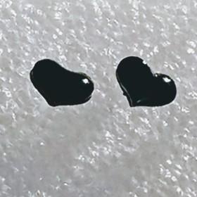 ぷっくりハートピアス 黒 樹脂ポスト
