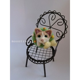 ハチワレ猫と黄色のクリスマスリース ブローチ