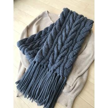 アラン模様の手編みマフラー ブルーがかったグレー 藤鼠色