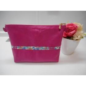 革のピンク色ポーチ リバティテープのラインがポイント 通帳入れにも。