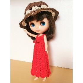 赤のロングワンピースと帽子