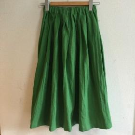 ブリリアントグリーンのロングスカート