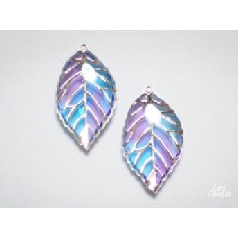 ステンドグラス風の小さな葉っぱのピアスor イヤリング ブルー 紫 パープル レジン 青 紫色 青色 葉っぱ