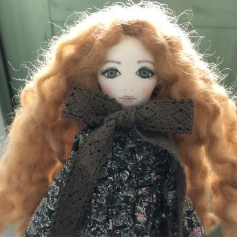 La Fille Porte-Bonheur リバティの服を着た女の子のドール カシール