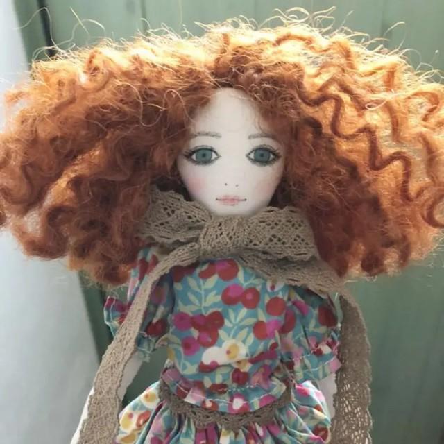 La Fille Porte-Bonheur リバティ ウィルトシャーの服を着た女の子のドール