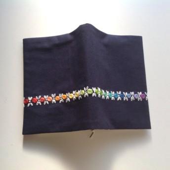 紺地に虹色刺繍のブックカバー