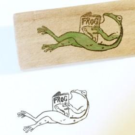 脚を組んで本を読むカエルはんこ