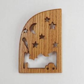 木製ブローチ 窓枠「夜空の街で」 ケヤキ