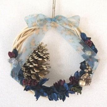 木の実とリボンのクリスマスリース