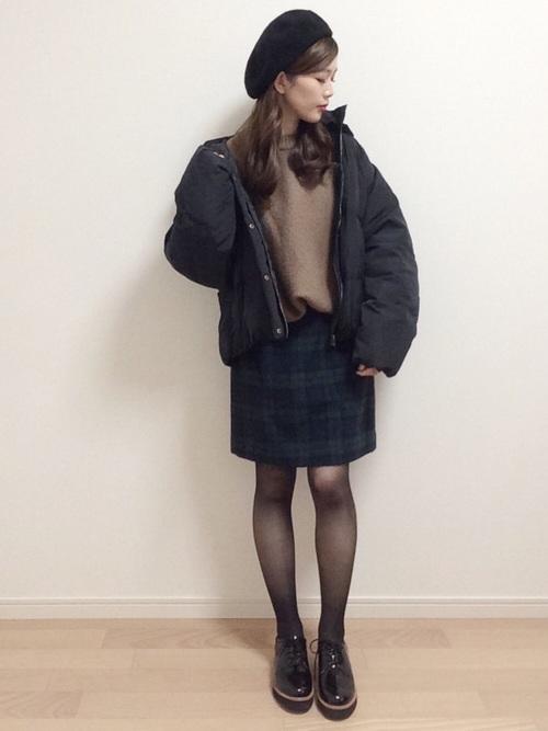 黒いダウンジャケット×チェックのミニスカート×30デニールタイツのコーデ