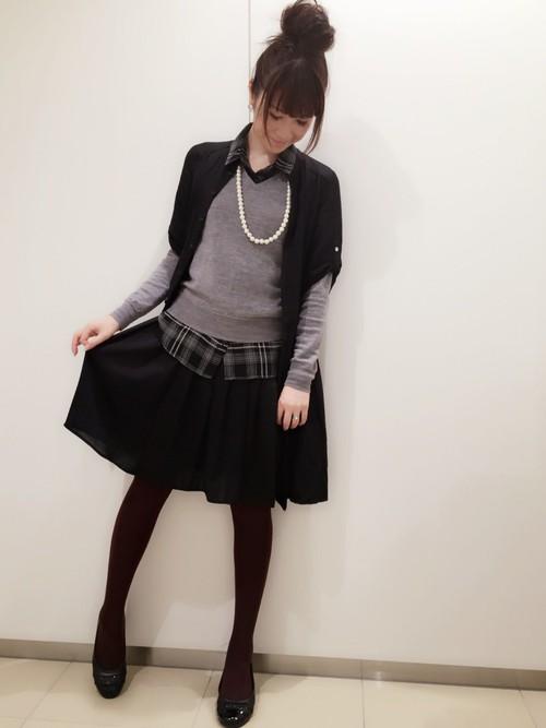 黒いカーディガン×黒いフレアースカート×110デニールタイツのコーデ