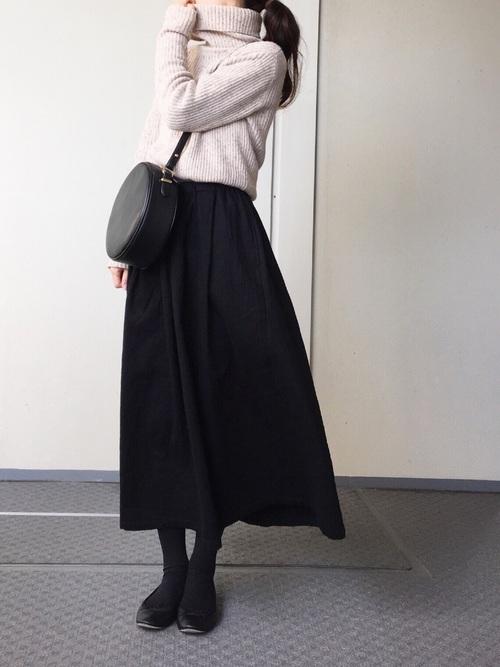 ベージュのタートルニット×黒いスカート×110デニールのタイツコーデ