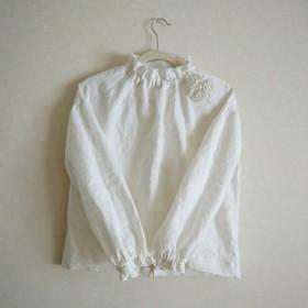 再販×15〈受注制作〉オフホワイトふんわり柔らか起毛リネン100%のスタンドフリルプルオーバー☆コサージュ付きハイネック