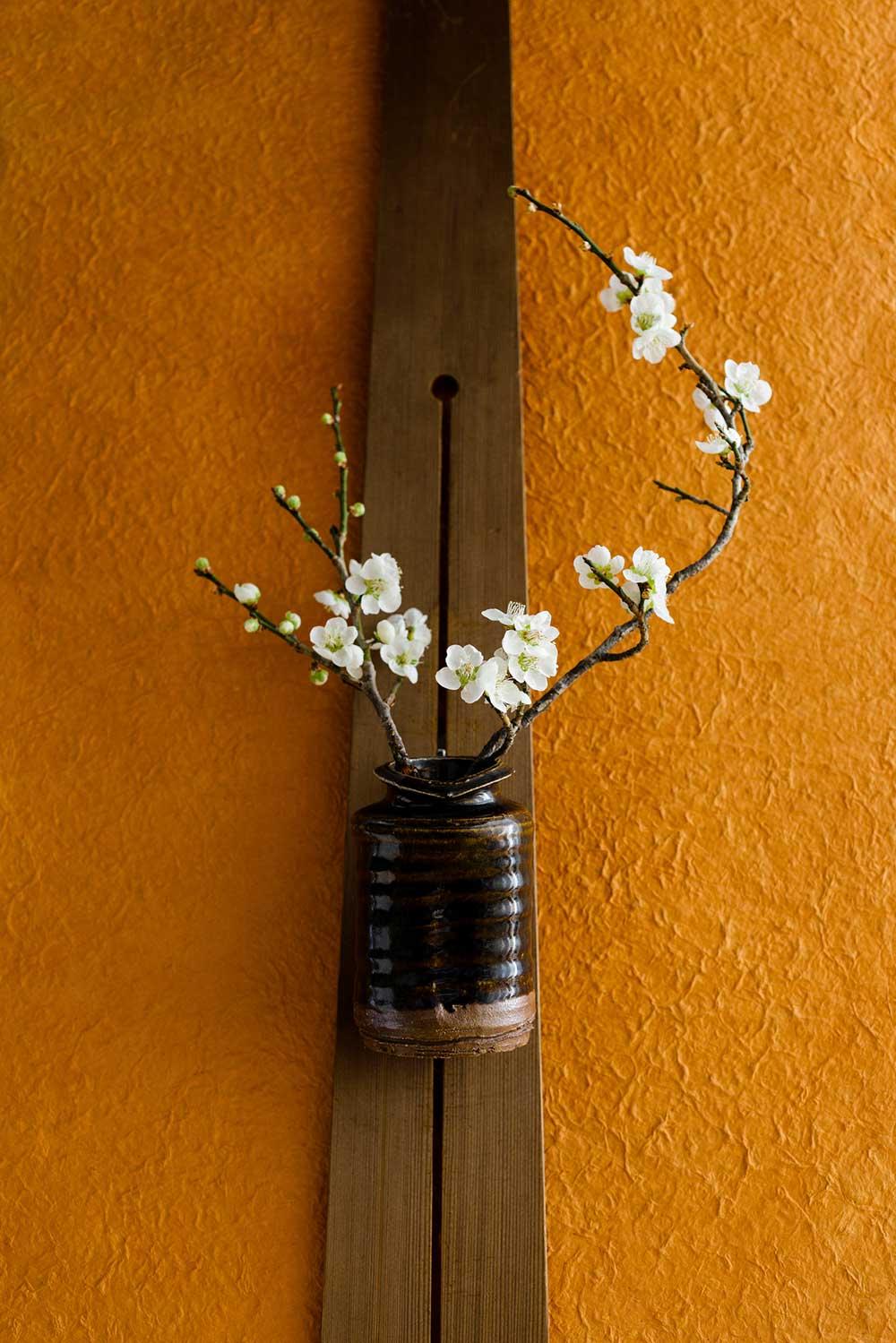 壁の柱に飾られた花瓶