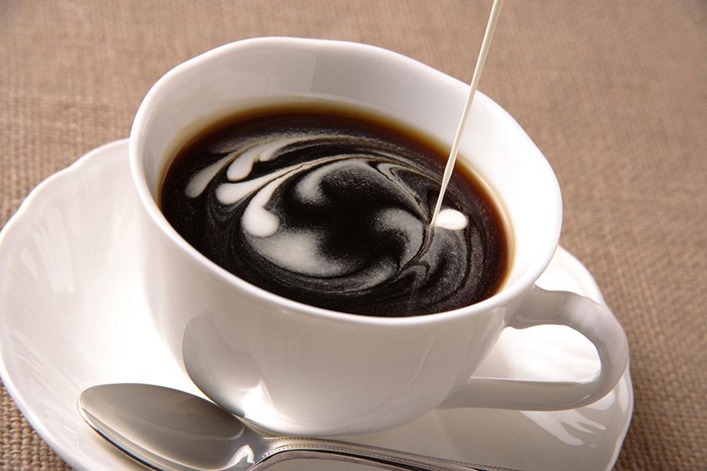 コーヒーにフレッシュを入れているところ