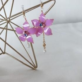 半透明のピンクパープル樹脂のイヤリング非対称デザインクリスタルフラワー淡水真珠