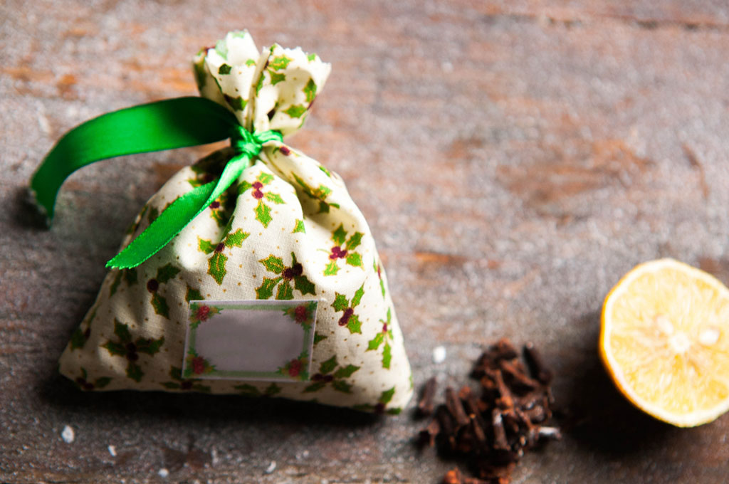 自然の忌避剤を詰めた布製のサシェ