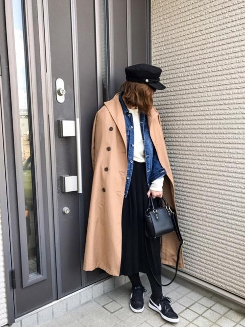 デニムジャケットとベージュのトレンチコートのコーデ