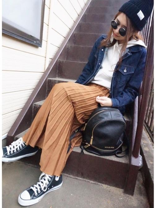 デニムジャケットとブラウンのプリーツスカートのコーデ