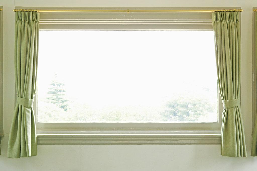 黄緑のカーテンと窓
