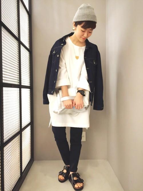 デニムジャケットと白いワンピースのコーデ