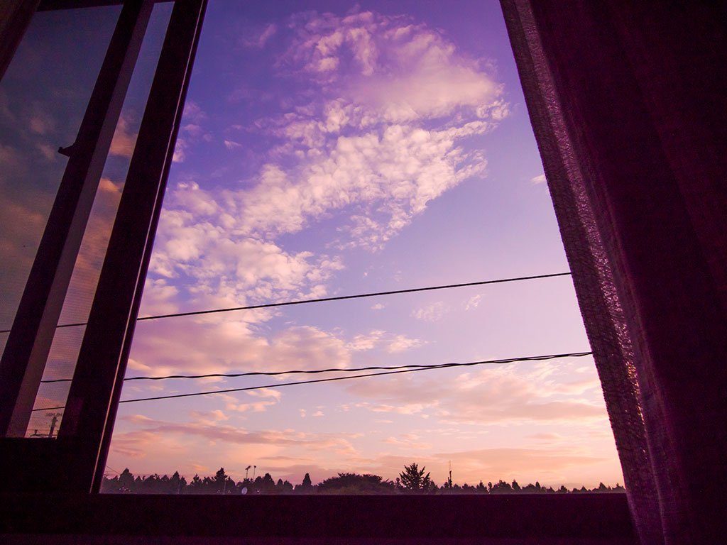 夕暮れに開け放っている窓