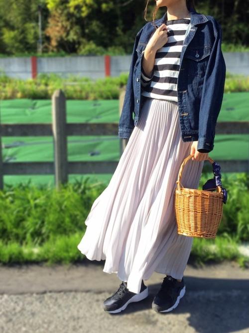 デニムジャケットとシフォンプリーツスカートのコーデ