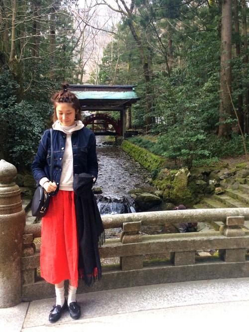 デニムジャケットと赤いマキシスカートのコーデ