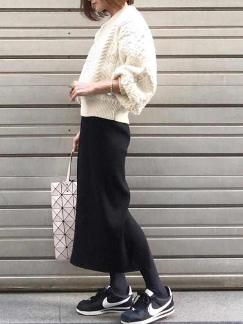 黒いスカートとスニーカーのコーデ