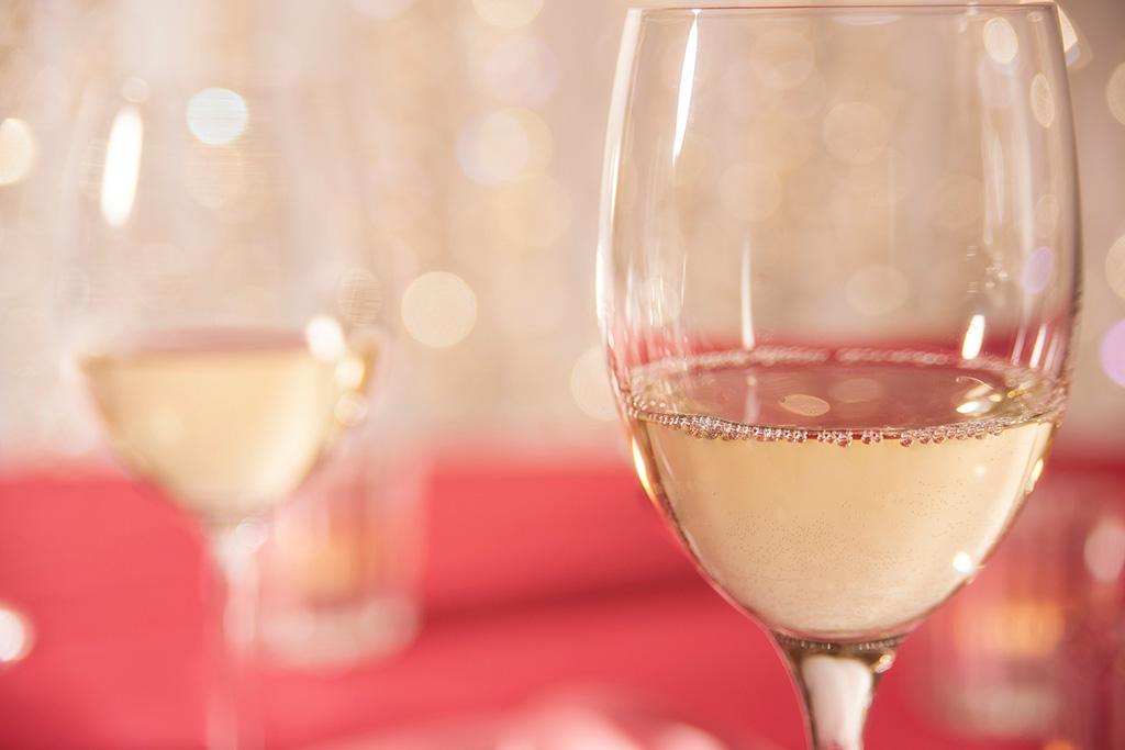 ワイングラスに注がれた白ワイン