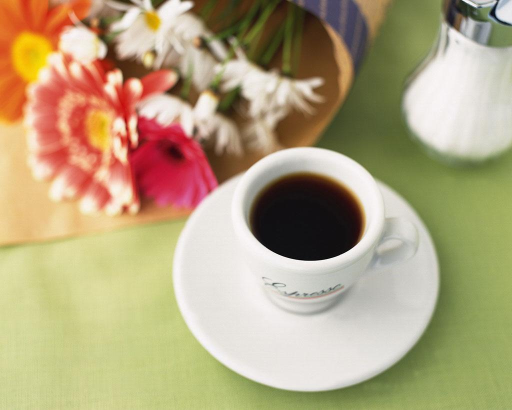 エスプレッソコーヒーとシュガーポット