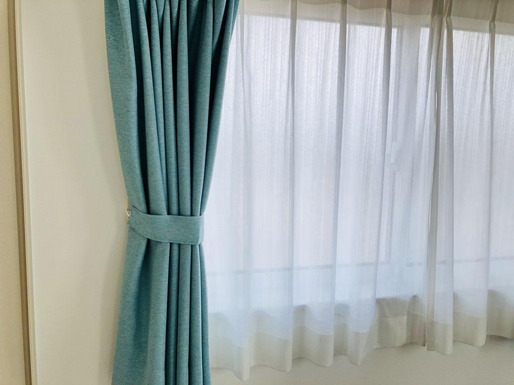くすんだブルーのカーテン