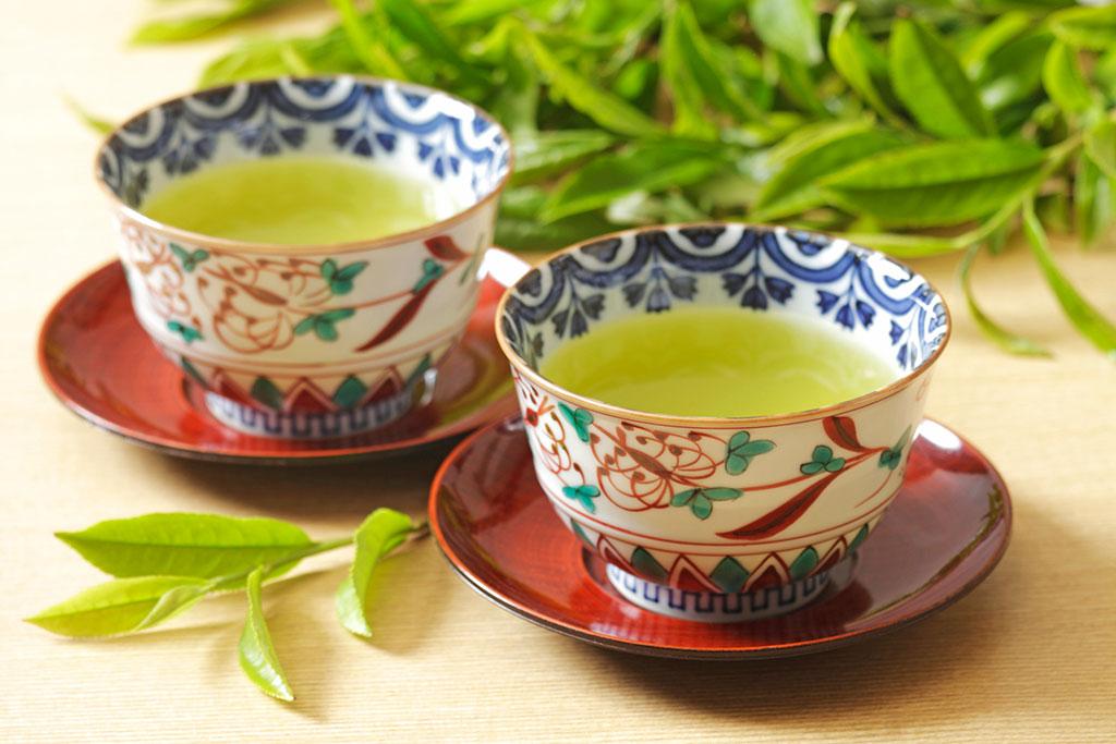 湯飲み茶わんに注がれた緑茶