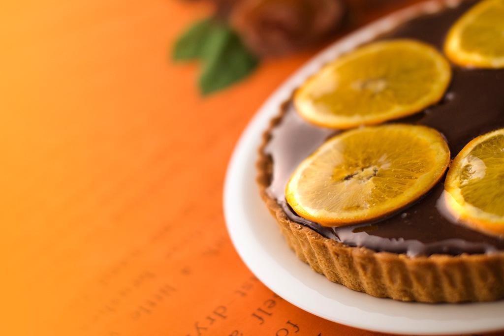 オレンジをトッピングしたチョコレートタルト