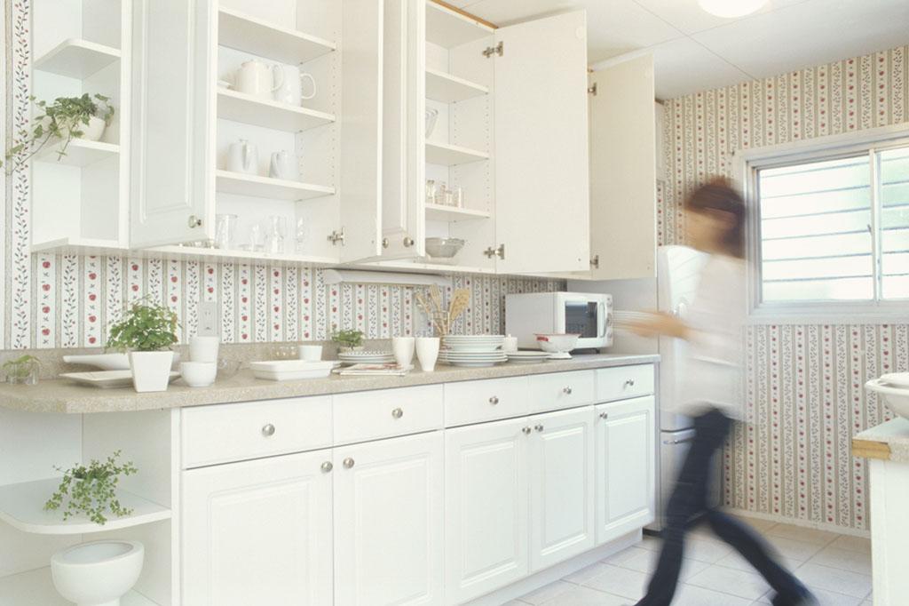 キッチンの吊戸棚式食器棚と下部に置いた収納棚