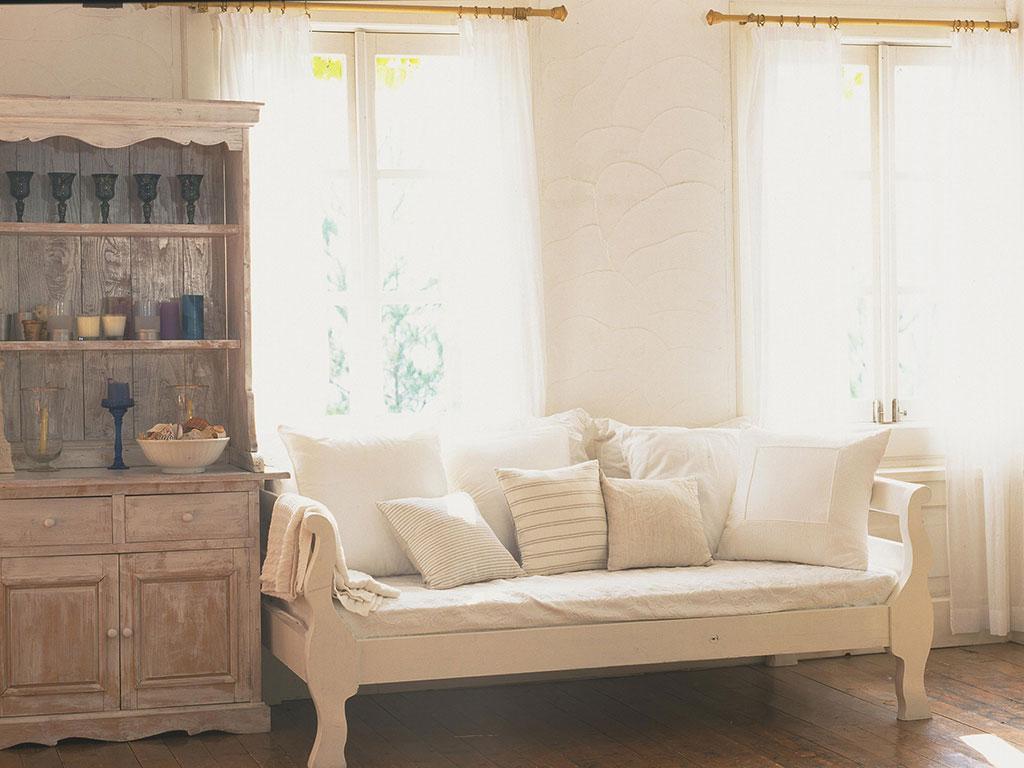 カントリー調の食器棚とソファ