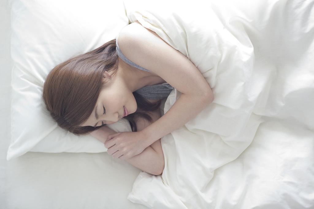 ベッドの中で眠る女性