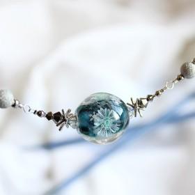 【とんぼ玉】ガーベラと雪の結晶・メガネチェーンネックレス