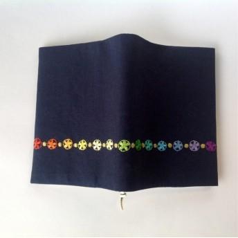 虹色の刺繍のブックカバー