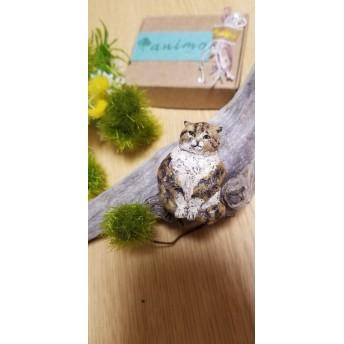 渋猫 木彫りブローチ
