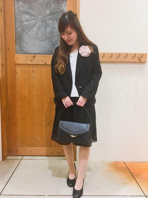 黒いテーラードジャケットとスカートのコーデ