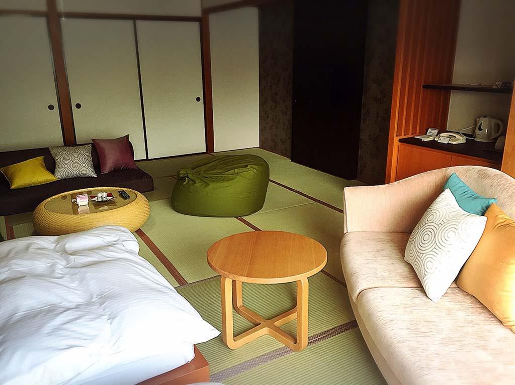 和室に置かれたベージュのソファとカラフルなクッション