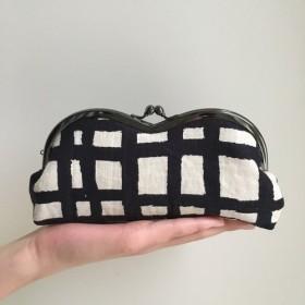 大きなモダンチェック めがねケース がま口 メガネ ペンケース ブラック チェック ハンドフリー