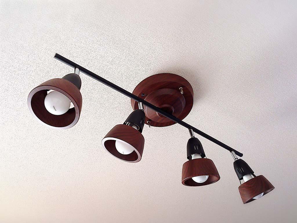 天井に取り付けられた可動式のライト