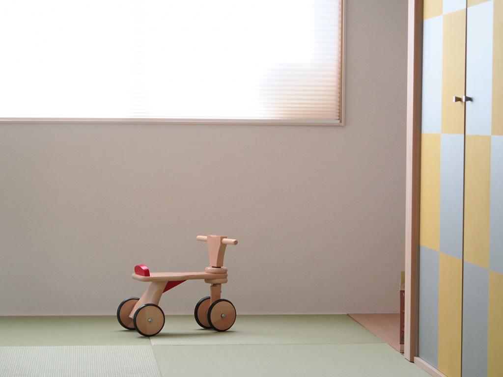 和室に置かれた木製の三輪車