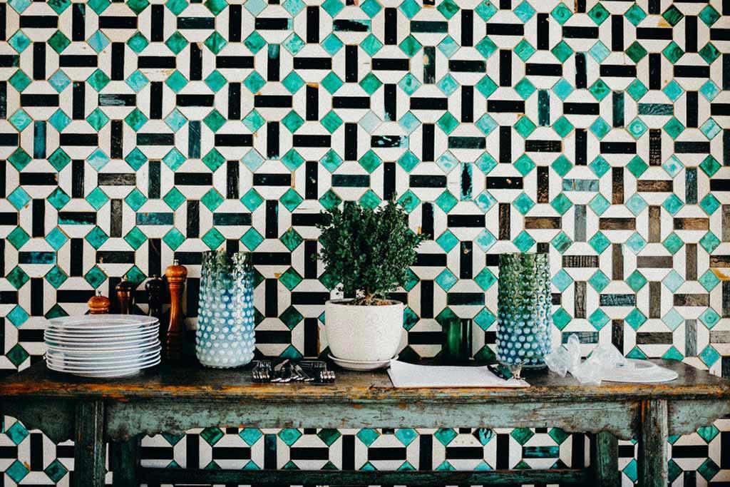 華やかな壁のデザインと飾り棚