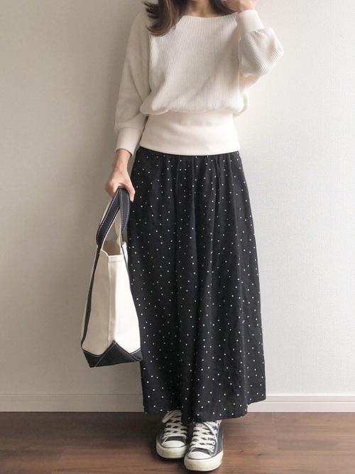 白いカットソーと黒いスカーチョのコーデ