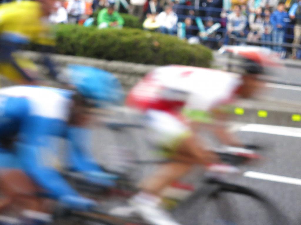自転車レースとその様子を眺める人々