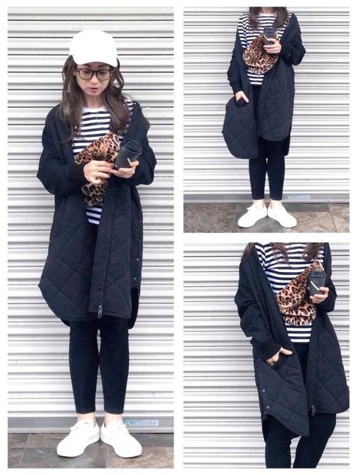 黒いキルティングコートとデニムパンツとアニマル柄のボディバッグコーデ