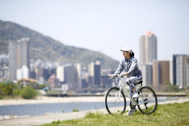 クロスバイクにまたがる女性
